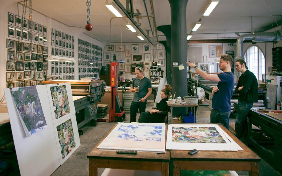 Matthias Weischer, Leipziger Künstler und ein wichtiger Vertreter der Leipziger Schule, begutachtet in der Werkstatt die ersten Andrucke seiner neuen Edition.