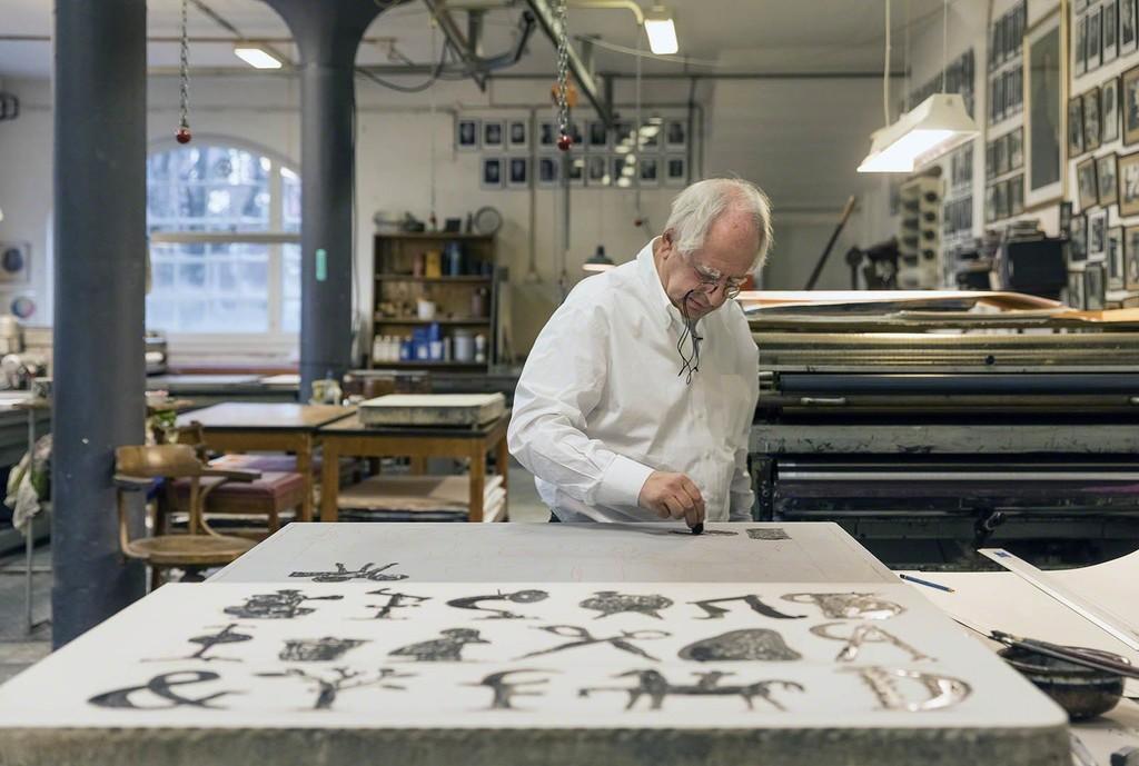 Der südafrikanische Künstler William Kentridge bei der Arbeit am Stein.