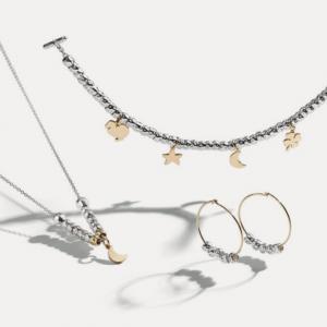 Dodo: Armband Granelli Silber mit Anhängern 18ct Gold – Kette Silber mit Anhänger Granelli und Stern 18ct Gold – Ohrringe 18ct Gold und Silber ©DODO