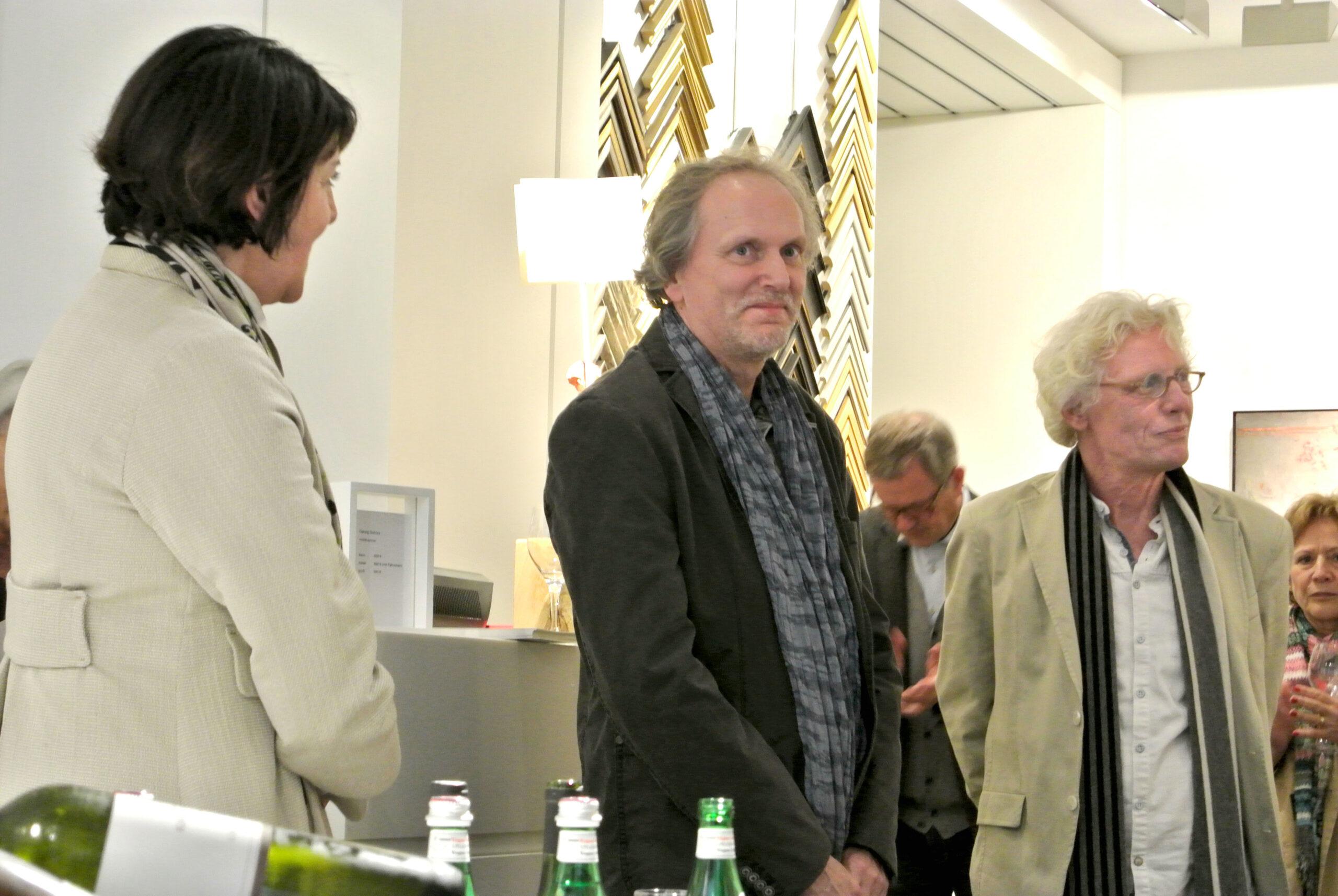 Die Künstler Georg Schulz und Michael und Michael Lauterjung in der Eröffnung der Ausstellung ©Galerie Voigt