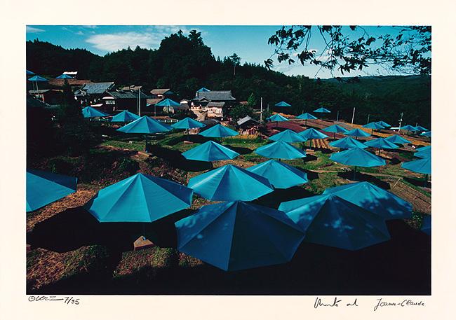 Christo and Jeanne-Claude: Umbrellas Jinba Blue, Original Foto v. W. Volz, handsigniert, nummeriert, 85 x 60 cm, Auflage 35, 5.500 €