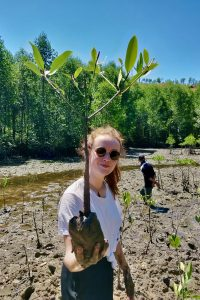 Anne Sophie Roux (Tenaka Founder) planting a mangrove ©Tenaka/DoDo
